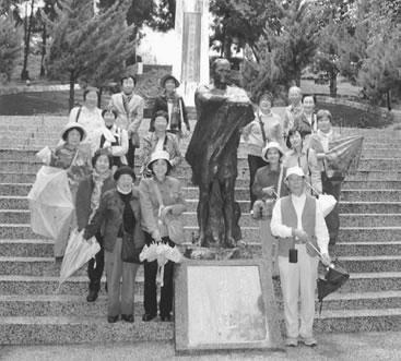 霧社事件のリーダー、モーナ・ルーダオ像を囲んで 婦人民主クラブ創立六十... 婦人民主クラブ|婦